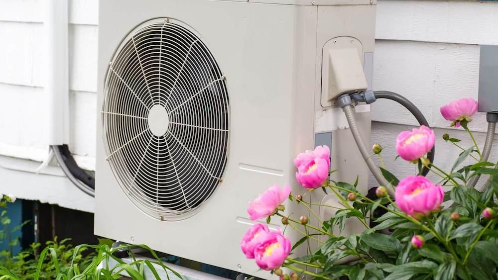 luft til vand varmepumpe foran hus